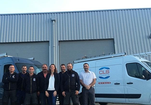 Photo de l'équipe de CLS Etanchéité devant l'entreprise